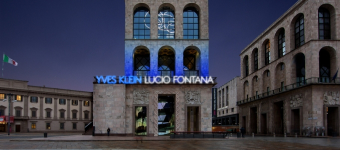 Klein-Fontana-2-La-facciata-del-Museo-del-Novecento-890x395